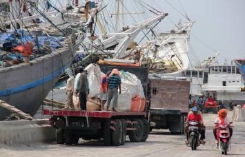 Loading and unloading at Habor Sunda Kelapa.